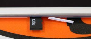 """Kit-Anleitung: Samsung Galaxy Tab A - Einrichten der Software squiggleboldXL Von Mike Atherton 25 Aug 2017 Diese Anleitung zeigt Ihnen, wie Sie ein Samsung Galaxy Tab A so schnell und einfach wie möglich einrichten und verwenden können.  Inhalt squiggleMD Inhalt der Box Einlegen einer Speicherkarte Fertigstellen der Galaxie Registerkarte Ein Setup-Assistent Verbindung zum Internet herstellen Einrichten Ihrer E-Mail-Konten Einrichten eines Sperrbildschirms 1. Inhalt der Box Schnörkel Hier ist, was du in der Box bekommst:  Samsung Galaxy Tab A Tablette Tablette USB-Kabel Netzteil Benutzerhandbuch 2. Einlegen einer Speicherkarte Schnörkel     Registerkarte A SIM-Karte einlegen Sie können das Tablett sofort verwenden, aber wenn Sie zusätzlichen Speicherplatz hinzufügen möchten, können Sie eine MicroSD-Karte verwenden. Schauen Sie an der rechten Seite des Tabletts nach unten und finden Sie die kleine Abdeckung (auf der steht """"microSD""""). Ziehen Sie die Abdeckung mit Hilfe Ihres Miniaturbildes in der Kerbe vom Tablett weg.  Die Speicherkarte geht mit den Metallkontakten nach unten in den Steckplatz, schieben Sie sie hinein, bis Sie spüren, dass sie einrastet, und schließen Sie dann die Abdeckung.  3. Fertigstellen der Galaxie Registerkarte Ein Setup-Assistent Schnörkel Dies sind die Schritte, die Sie durchführen müssen, um die Galaxy Tab A einzurichten. Es gibt viele Schritte, aber keine Sorge, wir führen Sie durch alles, was Sie tun müssen.  Einrichten     Registerkarte A Setup 2 1. Wenn Sie das Tablett zum ersten Mal einschalten, müssen Sie eine Sprache auswählen. Drücken Sie auf Start, wenn Sie die Standardeinstellung'English (United Kingdom)' verwenden möchten, oder tippen Sie darauf, um eine andere auszuwählen.  2. Tippen Sie auf Ihren Netzwerknamen, um eine Verbindung mit Wi-Fi herzustellen.  3. Geben Sie Ihr drahtloses Passwort ein und tippen Sie auf Verbinden.  4. Wenn es sich verbindet, erscheint der Netzwerkname blau und es erscheint die Meldung'Verbunden'. Tippe"""